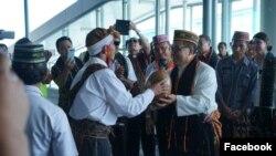 Uskup Ruteg Mgr Siprianus Hormat tiba di Labuan Bajo sore tadi (28/2). Pemda Manggarai Barat bersama Vikep dan umat Labuan Bajo melaksanakan ritus penjemputan di Bandara Komodo. (Foto: Facebook/Komsos Ruteng)