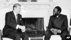 Presidente Ronald Reagan recebe Jonas Savimbi, na Sala Oval da Casa Branca, na década de 80