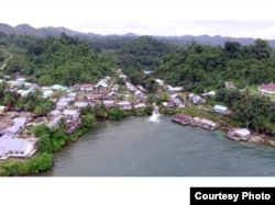 Lanskap desa Balayon di kecamatan Liang, Banggai Kepulauan, Sulawesi Tengah, Indonesia dengan latar hutan pegunungan di ekosistem karst. (Foto: Ichonk/ Perkumpulan Salanggar)