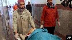 Petugas medis Afghanistan membawa jenazah pekerja lembaga bantuan yang menjadi korban serangan militan (foto: dok).