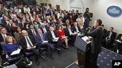 Prezident Obama Oq uydagi matbuot anjumani paytida, 6-mart, 2012-yil