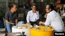 Ông Bùi Thanh Hùng (trái), ông Phạm Chí Cường (giữa) và Luật sư Tín Nguyễn tại một quán cafe ở Tp. HCM, ngày 19/4/2018.