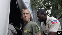 U.S. citizen Paul Waggoner is escorted by police to court in Port-au-Prince, Haiti, 30 Dec 2010