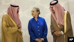 سعودالفیصل، وزیر خارجه عربستان سعودی (راست) ، و شیخ صباح خالد الحمد، وزیر خارجه کویت (چپ) در ملاقات با هیلاری کلینتون ، وزیر خارجه آمریکا