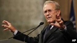 Donald Rumsfeld, exjefe del Pentágono, fue demandado por dos excontratistas estadounidenses en Irak.