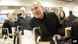 Almarhum Steve Jobs saat pembukaan toko Apple di New York. (Foto: AP)