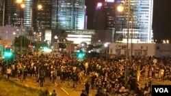 上千名示威者6月17日晚上八時過後,仍然佔據香港特首辦對開的龍和道馬路。(美國之音湯惠芸拍攝)