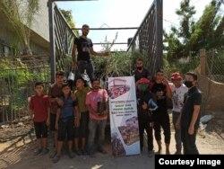 Fikiri (paling kanan) bersama anak-anak dan pemuda Gaza yang akan membantunya menanam pohon zaitun bantuan masyarakat Indonesia. (foto: courtesy)