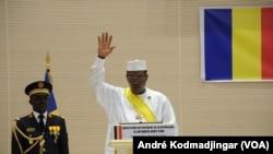 Idriss Deby Itno, lors de son investiture, le 8 août 2016 au Tchad (VOA/André Kodmadjingar)