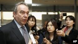美國助理國務卿坎貝爾到達東京機場接受記者採訪