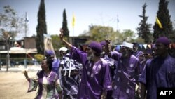 Ben Ami Ben Israel (tengah), pemimpin spiritual Yahudi keturunan Afrika, bersama pengikutnya dalam sebuah perayaan 26 Mei 2010, di kota Dimona, Israel selatan. (Foto: dok.)