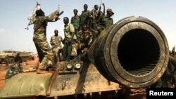 Soldats soudanais célébrant la libération de Heglig, le 23 avril 2012