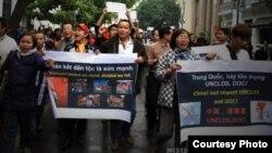 Blogger Lê Anh Hùng (áo trắng, giữa) trong một cuộc biểu tình chống Trung Quốc tại Hà Nội. (Ảnh: Queme.net) Blogger Lê Anh Hùng đã bị bắt đưa vào trại tâm thần có tên Trung tâm Bảo trợ Xã hội số 2 ở Ứng Hòa, Hà Nội, hôm 24/1/2013.