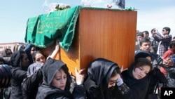 Afg'on ayollari 27 yoshli Farhundaning tobutini ko'tarib ketayapti.