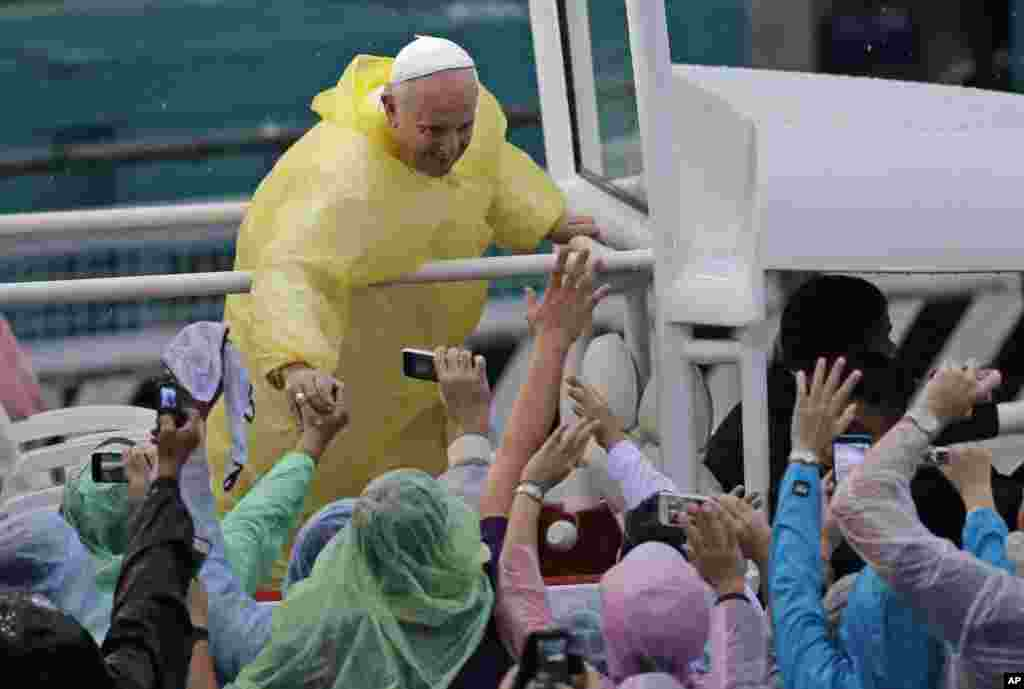 Pope Francis shakes hands of the faithful after celebrated his final Mass in Manila, Jan. 18, 2015.
