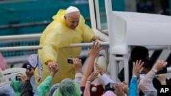 El Papa estrecha las manos de los fieles tras celebrar misa, el domingo, en Manila.