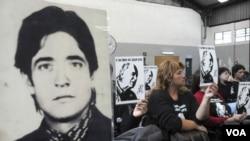 En julio de 1982 Bignone sucedió al frente de la junta militar al dictador Leopoldo Galtieri tras la derrota de Argentina en la guerra contra Gran Bretaña por la soberanía de las Islas Malvinas.