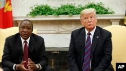 Perezida Donald Trump arikumwe na Perezida wa kenya Uhuru Kenyatta muri White House, mu 2018, i Washington.