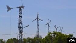 Pembangkit listrik tenaga angin dan surya di Pantai Pandasimo, Yogyakarta, (6/2/2015). Pemerintah akan mendorong pemanfaatan teknologi untuk kesejahteraan nelayan.