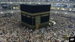 د دوه ملیون نه زیات مسلمانان په سعودي عربستان کې د حج د مناسکو دپاره راغونډ شوي دي.