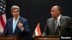 Ngoại trưởng Hoa Kỳ John Kerry (trái) dự cuộc họp báo chung với Ngoại trưởng Ai Cập Sameh Shukri tại Cairo, 22/6/14