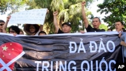 Người biểu tình hô khẩu trong cuộc biểu tình chống Trung Quốc tại Hà Nội.