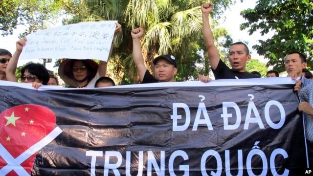Người Việt Nam năm ngoái nhiều lần xuống đường biểu tình phản đối việc Trung Quốc đưa giàn khoan dầu gây tranh cãi vào khu vực mà Hà Nội tuyên bố là thềm lục địa của mình.