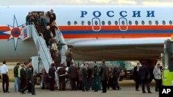 Граждане Грузии, депортированные из России, в аэропорту Тбилиси высаживаются из самолета МЧС (2006 г.)