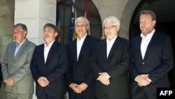 Petorica lidera posle neformalnog susreta: Nebojša Radmanović, Željko Komšić, Boris Tadić, Ivo Josipović i Bakir Izetbegović (s leva).