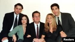 """Casi todo el elenco de la comedia de televisión estadounidense """"Friends"""" (de izquierda a derecha) Matt Le Blanc, Courteney Cox, Matthew Perry, Jennifer Aniston y David Schwimmer. Falta Lisa Kudrow."""