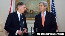 Menlu Inggris Philip Hammond (kiri) dan Menlu AS John Kerry hari Senin (30/3) merilis pernyataan bersama soal penghitungan pemilu di Nigeria (foto: dok).