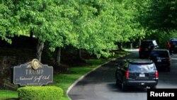 美国总统特朗普的车队23日抵达佛吉尼亚州北部地区的特朗普国家高尔夫俱乐部。