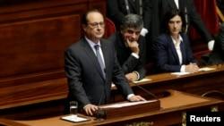 Presiden Perancis Francois Hollande saat memberikan sambutan di hadapan congress dan anggota parlemen Perancis di Istana Versailles, dekat Paris, Perancis (16/11).