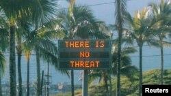 """지난 13일 미국 하와에서 실수로 잘못 발령된 탄도미사일 경보 때문에 큰 혼란이 발생했다. 오아후 섬의 한 도로 전자표지판에 """"위협은 없다""""는 문구가 표시됐다."""