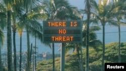 """Un letrero electrónico dice """"No hay amenaza"""" en Oahu, Hawai, después de una falsa alerta de emergencia que decía que un misil balístico se dirigía a la isla, en esta foto del 13 de enero de 2018 obtenida de las redes sociales. Instagram / @ sighpoutshrug / via REUTERS."""
