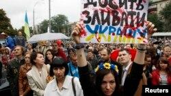 28일 우크라이나 수도 키예프 국방부 건물 앞에서 주민들이 러시아의 군사개입에 항의하는 시위를 벌익 있다.