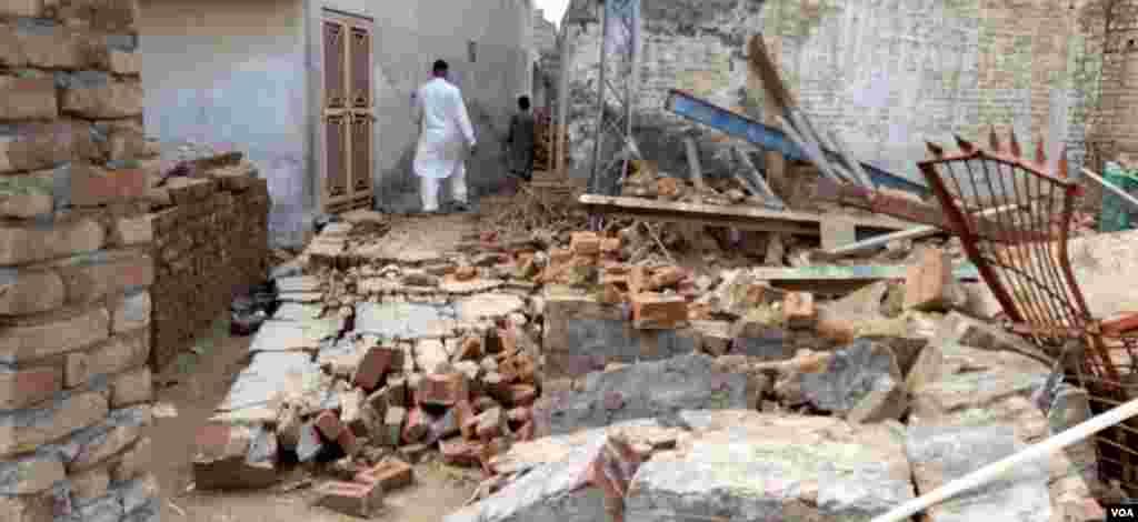 کشمیر کے ضلع میر پور میں کئی عمارتیں مکمل طور پر منہدم ہو گئی ہیں۔ ان علاقوں میں بحالی کی سرگرمیاں جاری ہیں