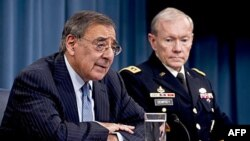 General Martin Dempsi (desno) u Pentagonu u društvu bivšeg sekretara za odbranu Liona Panete