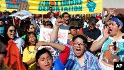 Durante el cierre parcial del gobierno inmigrantes en Phoenix, Arizona realizaron protestas frente a las oficinas de inmigración exigiendo el cese de las deportaciones.