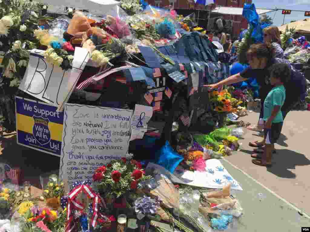 پیامهای زیادی از شهروندان در محل یادبود موقت تشکیل شده کنار خودروها جمعآوری شده است. مادری برای فرزندش پیامها را میخواند.