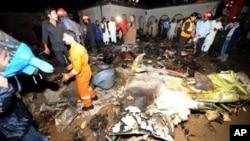 Nhân viên cứu nạn Pakistan và dân địa phương tìm nạn nhân tại địa điểm phi cơ rơi, những không có cơ may còn ai sống sót khi chiếc phi cơ chở gần 130 người lâm nạn trong khi tìm cách đáp xuống trong điều kiện thời tiết xấu