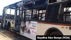 Un bus incendié à Dakar, le 29 janvier 2019. (VOA/Seydina Aba Gueye)