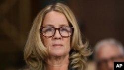 کریستین بلازی فورد نن د سنا قضائیه جرگه گۍ ته چې د کانگرس په ماڼۍ کې ده راغله ؛ واشنگټن ډي سي، د سپتمبر په ٢٧ مه ٢٠١٨ م کال