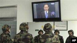 이 명박 대통령의 담화를 지켜보는 연평도의 한국 해병대 장병들