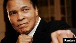 Huyền thoại Muhammad Ali tại một buổi lễ trao giải thưởng ở Diễn đàn Kinh tế Thế giới ở Davos, Thụy Sĩ, hôm 28/1/2006.