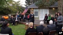 奥巴马在西雅图美国人家的后院里同人们交谈
