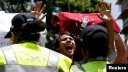 El estudiante Gerardo Carrero pidió al presidente en una carta abierta que acabe con la tiranía. En la imagen, un joven protesta en Venezuela.
