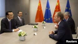 Chủ tịch Ủy hội châu Âu Jean-Claude Juncker (phải) thảo luận với Thủ tướng Trung Quốc.