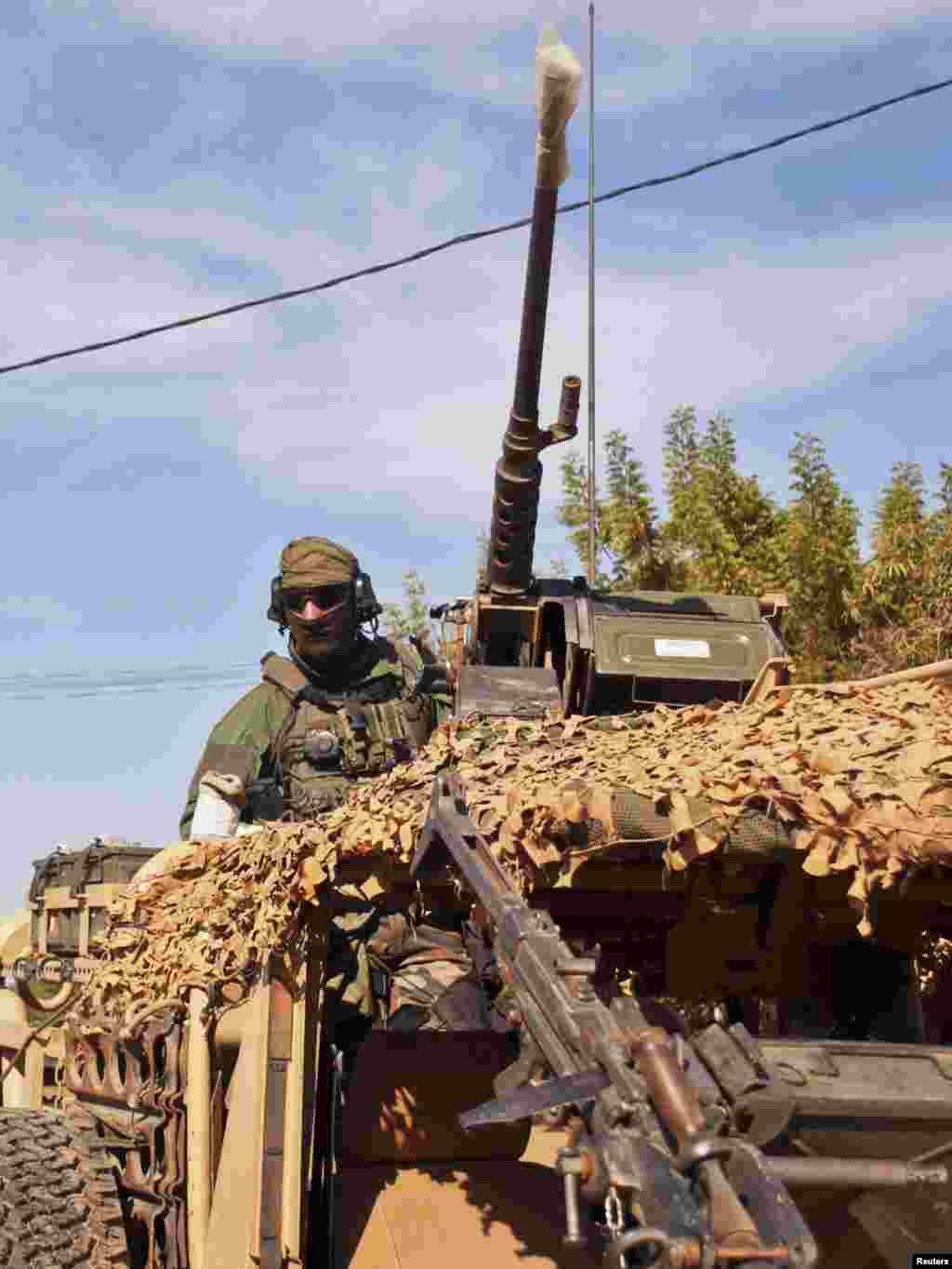 15일 말리 바마코 지역에서 275km 떨어진 마을로 운전 중인 프랑스 특수 부대.