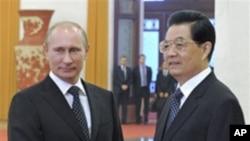 中国国家主席胡锦涛(右)10月12日在北京人民大会堂会见到访的俄罗斯总理普京